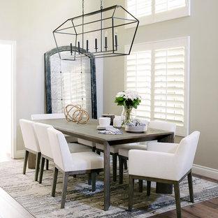Offenes, Mittelgroßes Modernes Esszimmer ohne Kamin mit grauer Wandfarbe, braunem Holzboden und braunem Boden in Orange County