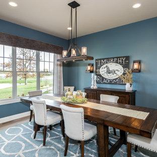 Esempio di una sala da pranzo tradizionale con pareti blu e pavimento in legno massello medio