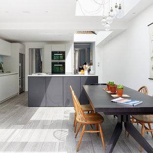 Imagen de comedor de cocina actual, sin chimenea, con paredes blancas