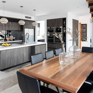Inspiration pour une salle à manger ouverte sur la cuisine design avec un mur blanc.