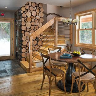 Diseño de comedor rústico, pequeño, abierto, con paredes blancas, suelo de madera clara y suelo marrón