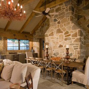 Modelo de comedor rústico, grande, abierto, sin chimenea, con paredes beige, suelo de travertino y suelo beige
