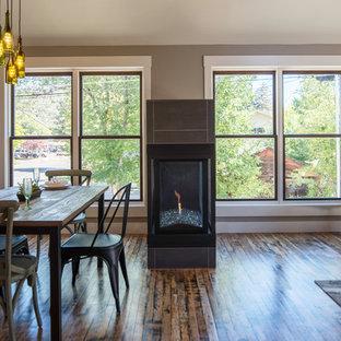 アルバカーキの中サイズのエクレクティックスタイルのおしゃれなLDK (ベージュの壁、無垢フローリング、両方向型暖炉、タイルの暖炉まわり) の写真