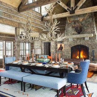Foto di una sala da pranzo aperta verso il soggiorno rustica con parquet scuro
