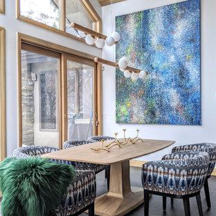 Ispirazione per una sala da pranzo aperta verso la cucina rustica con pareti bianche, pavimento in gres porcellanato, nessun camino e pavimento nero