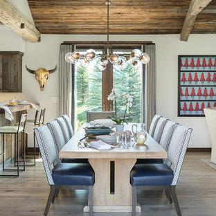 Ejemplo de comedor rural, abierto, con paredes blancas, suelo de madera clara y suelo beige