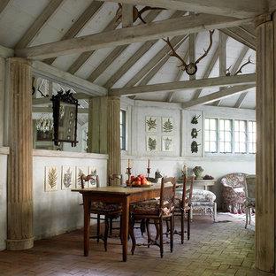 На фото: большие столовые в стиле рустика с кирпичным полом и бежевыми стенами