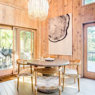 Imagen de comedor rural con paredes marrones, suelo de madera clara y suelo beige