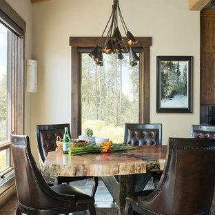 Diseño de comedor rústico, de tamaño medio, sin chimenea, con suelo de travertino, suelo marrón y paredes blancas