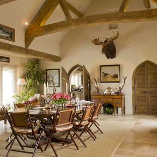 Imagen de comedor rústico con paredes beige y suelo de travertino
