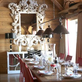 Exemple d'une grande salle à manger montagne fermée avec un mur marron, un sol en bois brun et aucune cheminée.