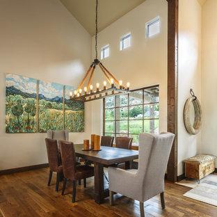 Идея дизайна: столовая в стиле рустика с белыми стенами, темным паркетным полом и коричневым полом без камина