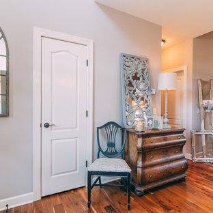 Ispirazione per una sala da pranzo aperta verso il soggiorno stile shabby di medie dimensioni con pareti blu, pavimento in legno massello medio, camino classico e cornice del camino in intonaco
