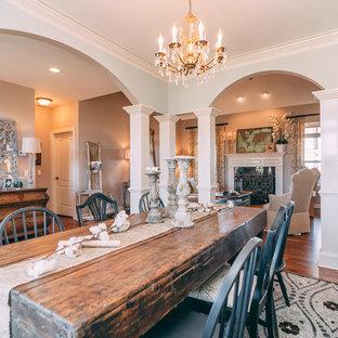 Esempio di una sala da pranzo aperta verso il soggiorno stile shabby di medie dimensioni con pareti blu, pavimento in legno massello medio, camino classico e cornice del camino in intonaco