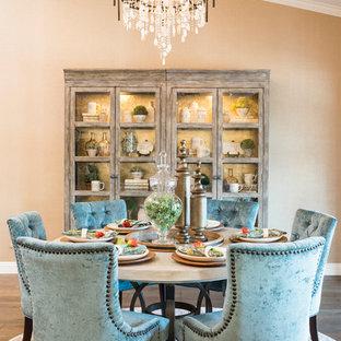 Inspiration pour une grand salle à manger ouverte sur la cuisine traditionnelle avec mur métallisé, un sol en bois brun, un sol marron et aucune cheminée.