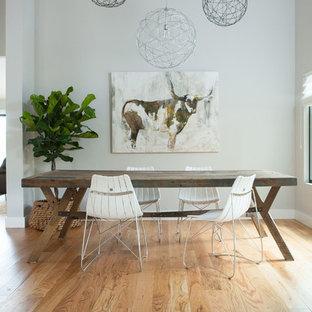 Modelo de comedor actual con paredes grises y suelo de madera clara