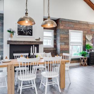Inredning av en lantlig mellanstor matplats med öppen planlösning, med en standard öppen spis, mellanmörkt trägolv, bruna väggar, en spiselkrans i metall och grått golv