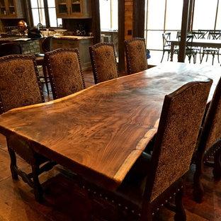 Immagine di una grande sala da pranzo aperta verso il soggiorno stile rurale con pavimento in legno massello medio