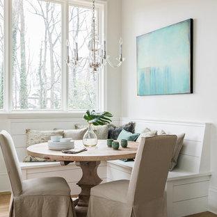 Lantlig inredning av ett litet kök med matplats, med beige väggar, mellanmörkt trägolv och brunt golv