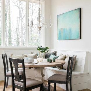 Ejemplo de comedor de estilo de casa de campo, pequeño, abierto, sin chimenea, con paredes blancas, suelo de madera en tonos medios y suelo marrón