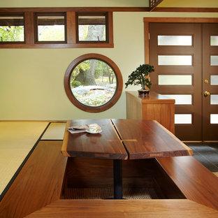 Esempio di una sala da pranzo etnica di medie dimensioni con pareti verdi e moquette