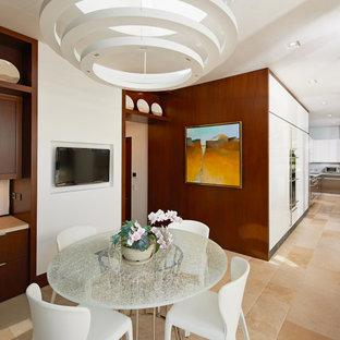 Idee per una sala da pranzo aperta verso la cucina contemporanea con pareti bianche