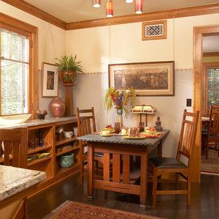 Inspiration pour une salle à manger ouverte sur la cuisine craftsman avec un sol en bois foncé, un mur gris et aucune cheminée.
