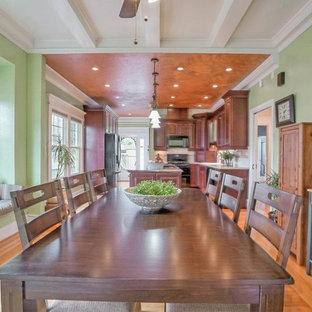 Esempio di una grande sala da pranzo aperta verso la cucina vittoriana con pareti verdi, parquet chiaro e nessun camino