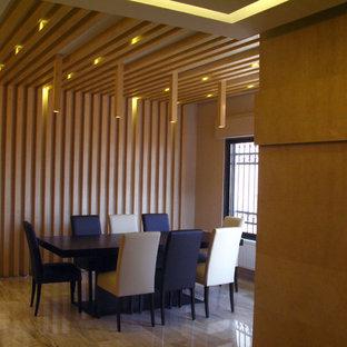 Foto di una piccola sala da pranzo design chiusa con pareti beige, pavimento in marmo e nessun camino