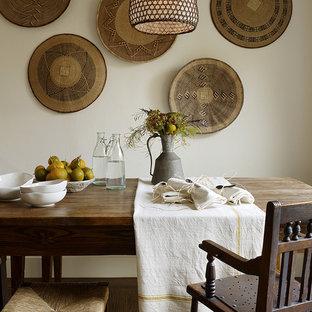 Imagen de comedor rústico con paredes blancas y suelo de madera oscura