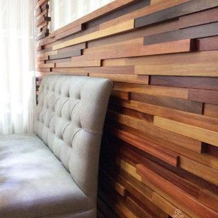 Imagen de comedor moderno, pequeño, con paredes beige y suelo de madera oscura