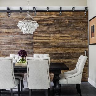 Foto di una sala da pranzo stile rurale chiusa con pareti beige, nessun camino e pavimento in ardesia