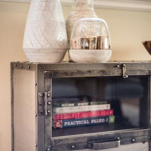Diseño de comedor de cocina bohemio, de tamaño medio, con paredes beige, suelo laminado, chimenea de esquina, marco de chimenea de baldosas y/o azulejos y suelo marrón