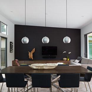 Inredning av en 60 tals mellanstor matplats med öppen planlösning, med svarta väggar, klinkergolv i porslin och beiget golv