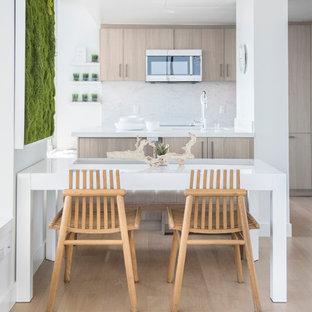 Ejemplo de comedor nórdico, pequeño, abierto, sin chimenea, con paredes blancas, suelo de madera clara y suelo beige