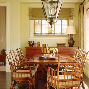 Ispirazione per una sala da pranzo aperta verso il soggiorno tradizionale di medie dimensioni con pareti marroni e parquet scuro
