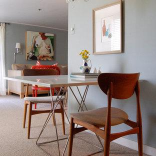 Imagen de comedor actual, abierto, con paredes grises y moqueta