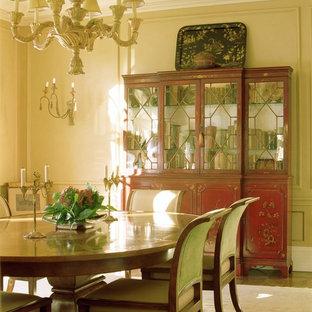 Ejemplo de comedor asiático, de tamaño medio, cerrado, con paredes beige y suelo de madera en tonos medios