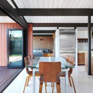 Foto di una sala da pranzo aperta verso il soggiorno minimalista con pavimento in vinile, nessun camino e pavimento bianco