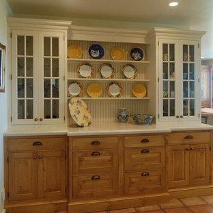 Idee per una sala da pranzo aperta verso la cucina country di medie dimensioni con pareti bianche e pavimento in terracotta