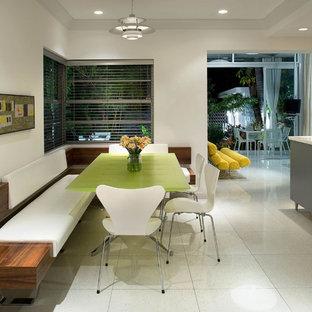 Ispirazione per una sala da pranzo aperta verso la cucina design di medie dimensioni con pavimento con piastrelle in ceramica, pareti bianche, nessun camino e pavimento bianco