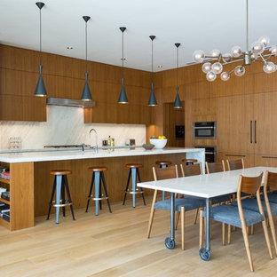 Ispirazione per una grande sala da pranzo aperta verso la cucina design con pareti multicolore, pavimento in bambù, nessun camino e pavimento beige