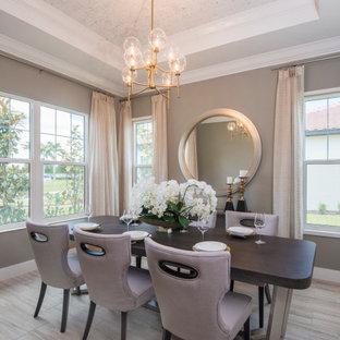 Cette photo montre une salle à manger chic fermée avec un mur beige, un sol en bois brun, aucune cheminée, un sol marron, un plafond voûté et un plafond en papier peint.