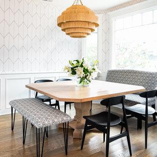 Mittelgroße Maritime Frühstücksecke mit weißer Wandfarbe, hellem Holzboden, braunem Boden und Tapetenwänden in Los Angeles