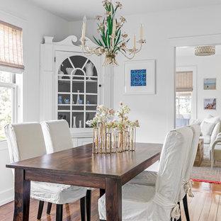 Diseño de comedor costero, pequeño, cerrado, sin chimenea, con paredes blancas y suelo de madera en tonos medios