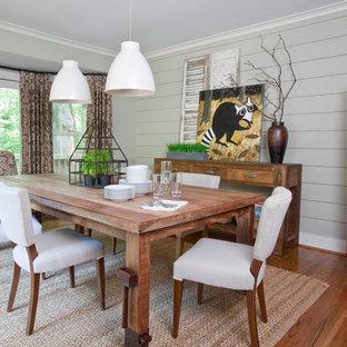 Modelo de comedor de estilo de casa de campo con paredes grises y suelo de madera en tonos medios