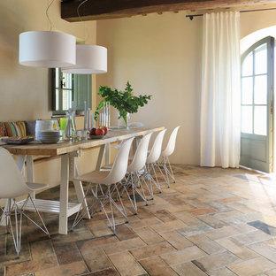 Imagen de comedor rústico, cerrado, sin chimenea, con paredes beige y suelo de baldosas de porcelana