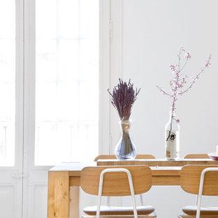 Ispirazione per una piccola sala da pranzo scandinava chiusa con pareti bianche e nessun camino