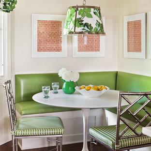 Aménagement d'une salle à manger classique avec un mur beige et un sol en bois foncé.