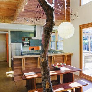 Diseño de comedor rural, de tamaño medio, abierto, con paredes blancas y suelo de cemento